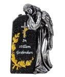 Grabengel stehend neben Gedenkstein mit